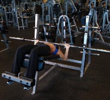 Жим штанги лежа на скамье с обратным уклом