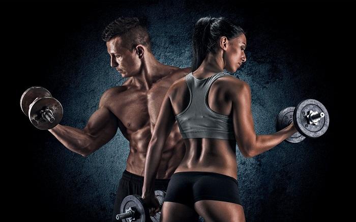 Мужчина и женщина с гантелями