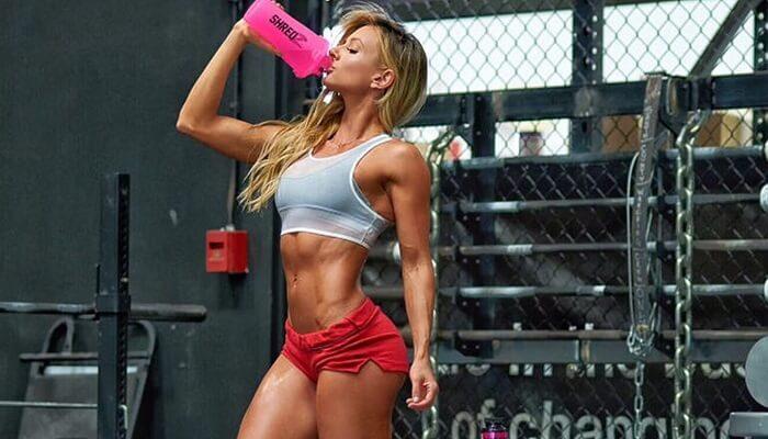 Спортивная девушка, фитоняшка, спортзал, коктейль
