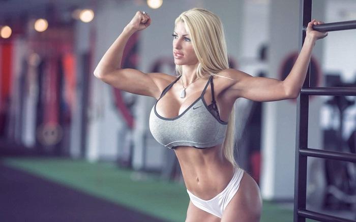 Спортивная блондинка