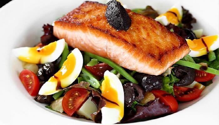 Блюдо из красной рыбы, с яйцами и овощами