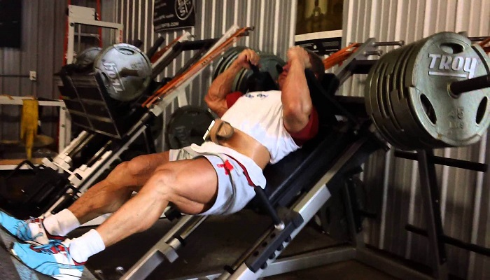 4 эффективных упражнения для тренировки ног на тренажёрах.