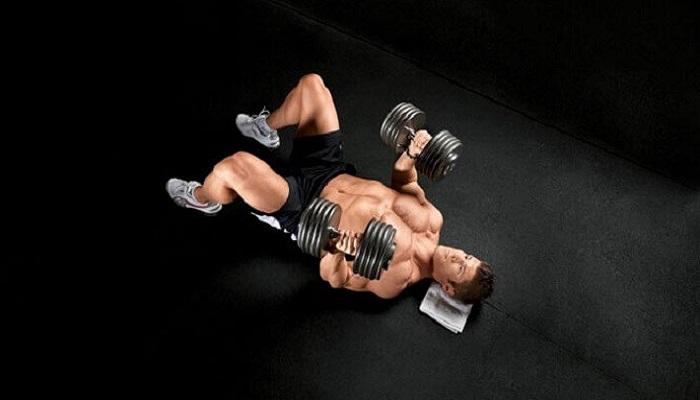 Тренировка грудных мышц: напольный жим.