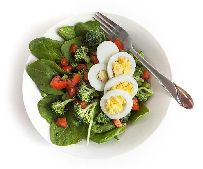 Салат с яйцами, брокколи, шпинатом