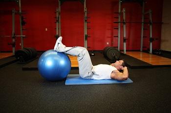 Скручивания с ногами на гимнастическом мяче