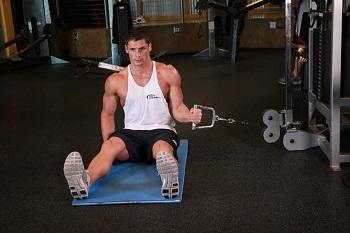 Сядьте сбоку от нижнего блока и возьмите рукоятку тренажера в руку. Если есть возможность регулировать высоту блока, то можете выполнять данное упражнение сидя на скамье или стоя. Ваша рука должна быть согнута под углом 90°, локоть прижат к к боку, а кисть отведена наружу к рукоятке. Это будет вашей исходной позицией. Потяните рукоятку внутрь, вращая руку в плечевом суставе. При движении локоть должен оставаться неподвижным, а ладонь должна описывать полукруг. Также старайтесь не двигать рукой вверх или вниз. Медленно вернитесь в исходное положение. Внимание: Не используйте большой вес в данном упражнение, так как это увеличивает риск повредить вращательную манжету плеча.