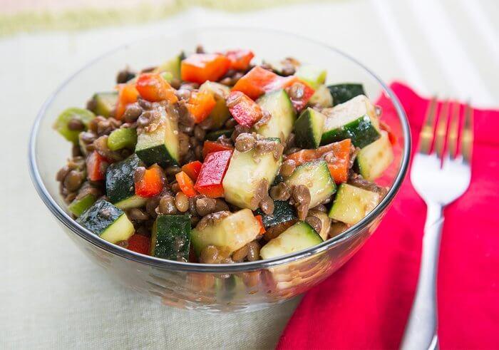 Огуречный салат с чечевицей.