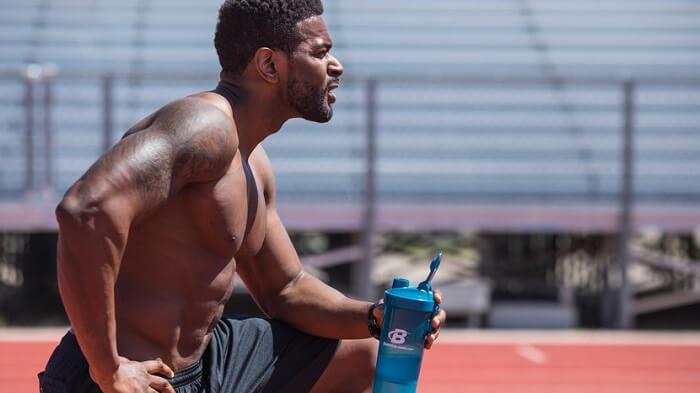 Спортсмен с белковым коктейлем