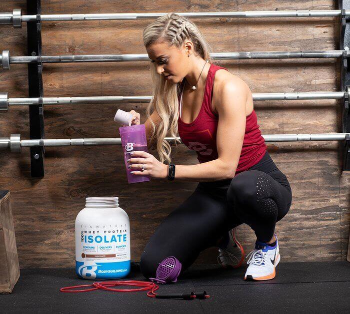 Девушка, спортсменка, банка протеина
