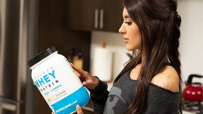 Девушка с банкой протеина