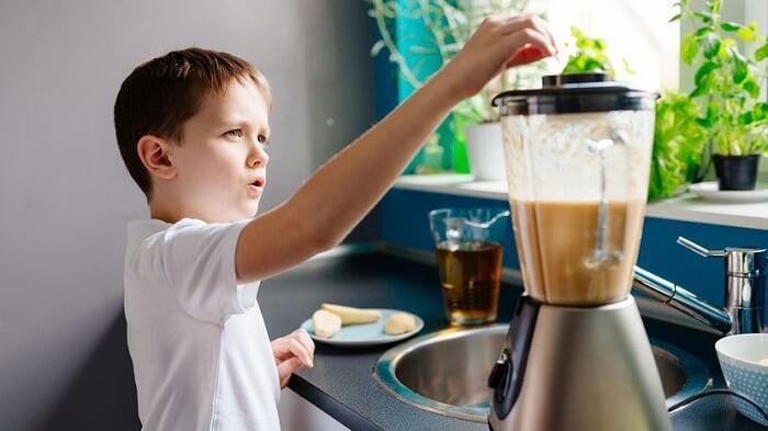 Ребёнок делает коктейль