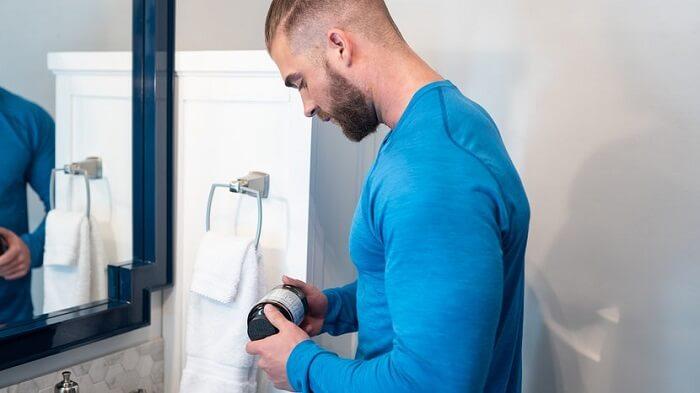 Мужчина в ванной с банкой жиросжигателей