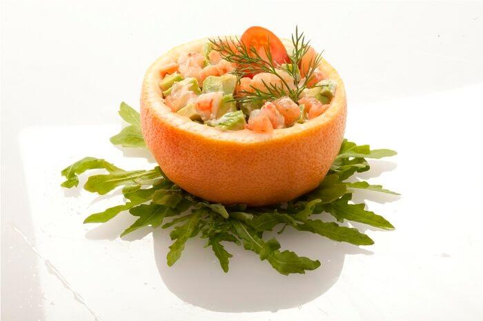 Салат из креветок с сыром в грейпфруте