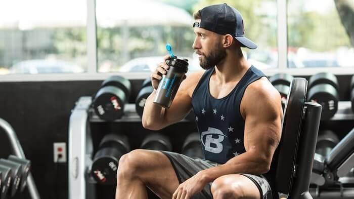 Спортсмен пьёт коктейль
