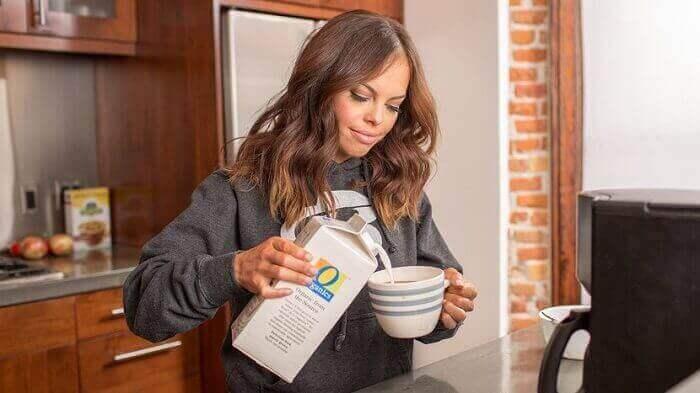 Девушка наливает молоко