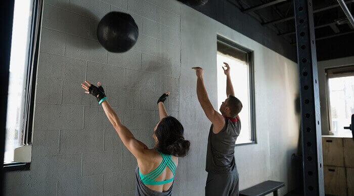 Бросок мяча об стену