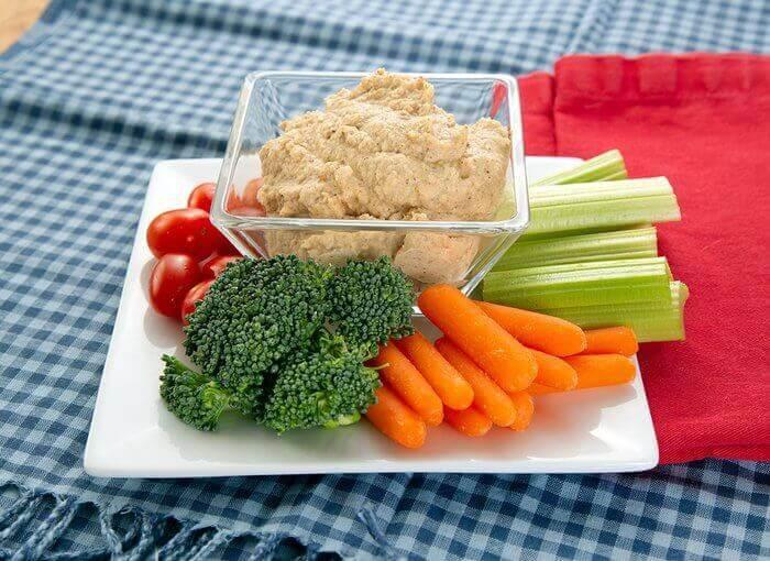 Хумус и овощи