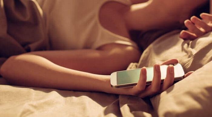 Телефон в руках у девушки