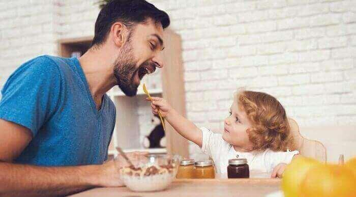 Ребёнок кормит папу