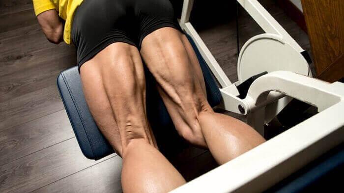 Сгибание ног в тренажёре