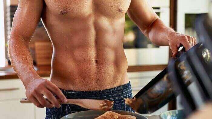 Мужчина готовит завтрак