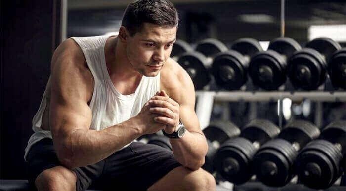 Мужчина-атлет в спортзале