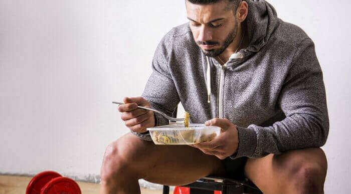 Мужчина ест перед тренировкой