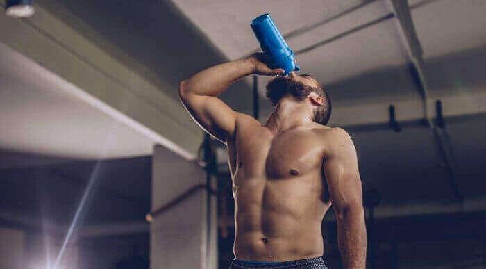 Мужчина пьёт спортивный коктейль